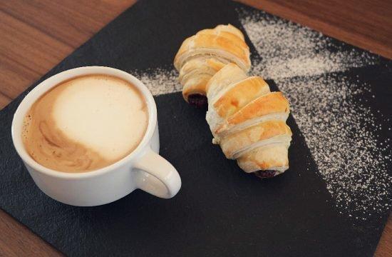 Brioche al cioccolato fatti in casa - cappuccino
